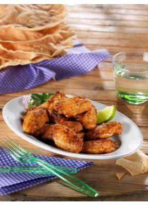 pouletfluegeli-auf-teller-wasserglas-besteck-gruen