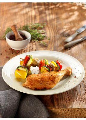 grillierter-pouletschenkel-auf-teller-mit-gemuese