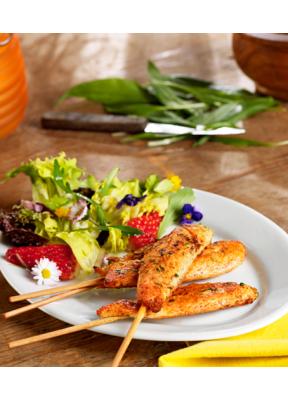 pouletbrust-spiessli-baerlauch-erdbeeren-gaensebluemchen-salat