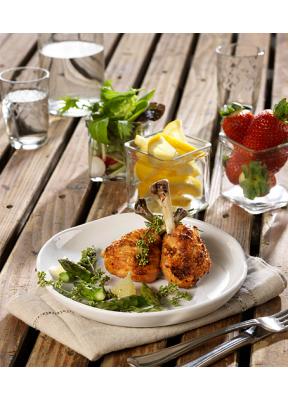 pouletschenkel-grilliert-salat-zitrone-erdbeeren-wasser