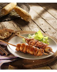 pouletspiessli-grilliert-auf-teller-mais-auf-grill